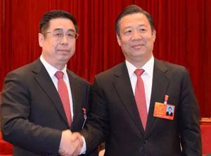 新当选的市十四届人大常委会主任司存喜和市十三届人大常委会主任杨志辉亲切握手